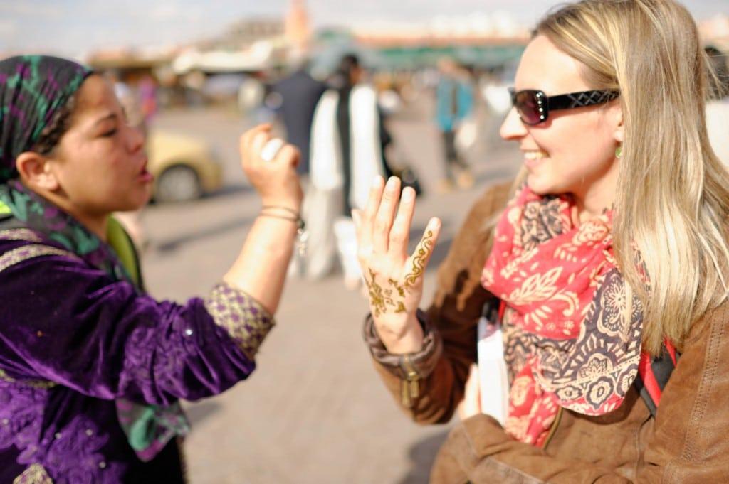 Tatoueuse au henné travaillant sur la place Djeema El Fna