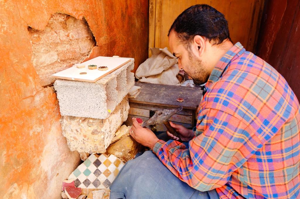 Restauration du zellige aux tombeaux Sardines à Marrakech