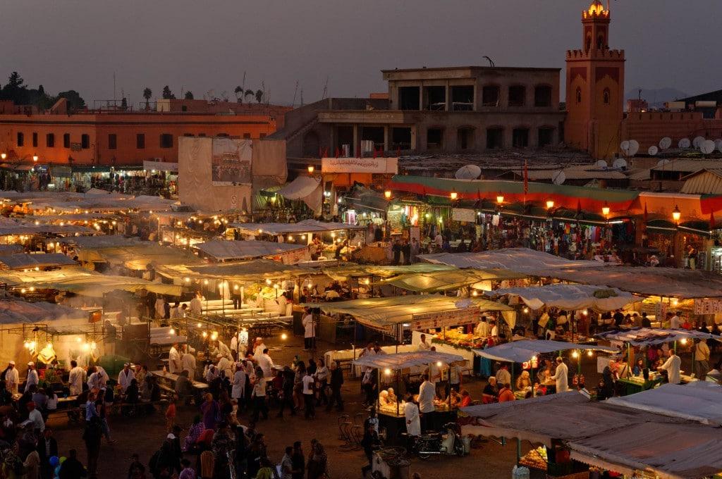 Place Djemaa El Fna à la tombée de la nuit