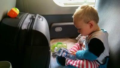 voyager avec bébé : occuper bébé