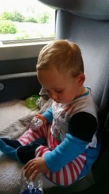 voyager avec bébé en train : occuper bébé