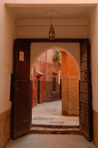 Vue sur la rue depuis le musées Dar Si Saïd de Marrakech