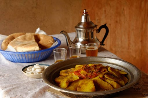 Repas marocain : tajine, pain ,thé à la menthe