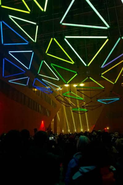 Spectacle de néons lumineux à l'hôtel de Région de Confluence