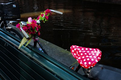 Vélo rose dans la quartier rouge d'Amsterdam